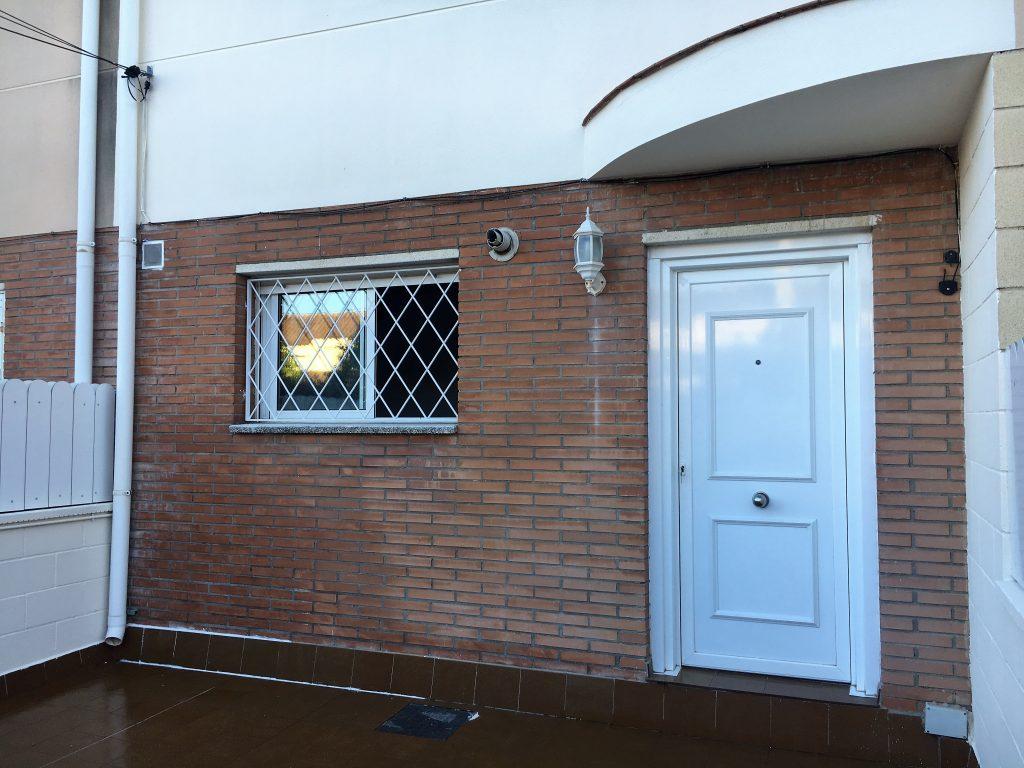 Puertas pvc entrada casa cambiar la puerta de entrada a for Puerta blindada casa